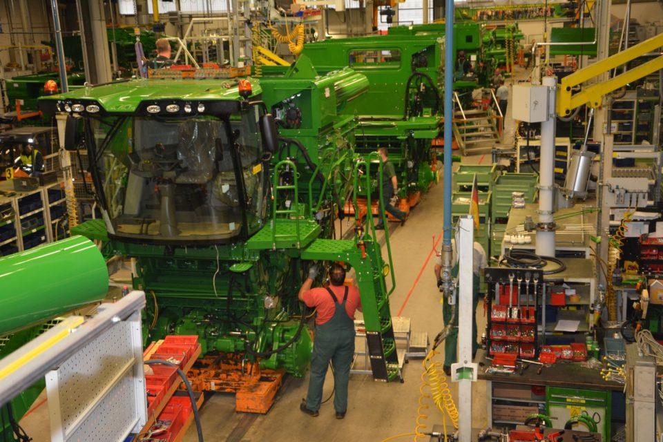 Dlaczego warto odwiedzić fabrykę przed inwestycją w maszynę rolniczą?